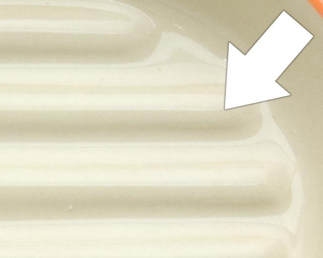 イージーダイナー キャットディッシュ〜底面の突起がフードをすくいやすい