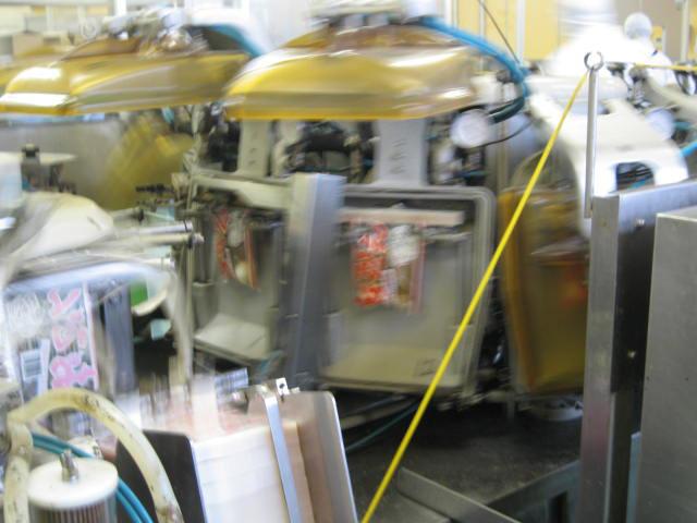 レトルトができるまで 3. 充填が終わったレトルトパウチはすぐに密封されます。