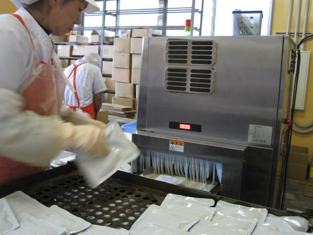 レトルトができるまで 8. 機械を通して、合格商品は「OK 良品」、不合格商品は「NG 異物」と表示され、大音量で警告されます。